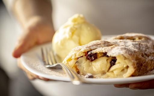 Aprenda a fazer strudel, a tradicional torta alemã de massa folhada e maçã
