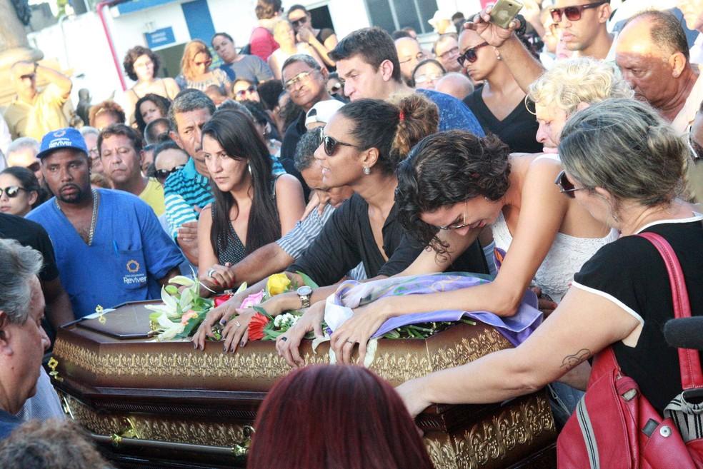 Amigos e familiares da vereadora Marielle Franco (PSOL) durante a chegada do caixão com o corpo de Marielle para o sepultamento no Cemitério do Caju, zona norte do Rio de Janeiro (RJ). Ela foi mortos a tiros dentro de um carro na noite de ontem, 14, no centro do Rio. O motorista do carro também foi atingido e morto (Foto: CELSO BARBOSA/ESTADÃO CONTEÚDO)