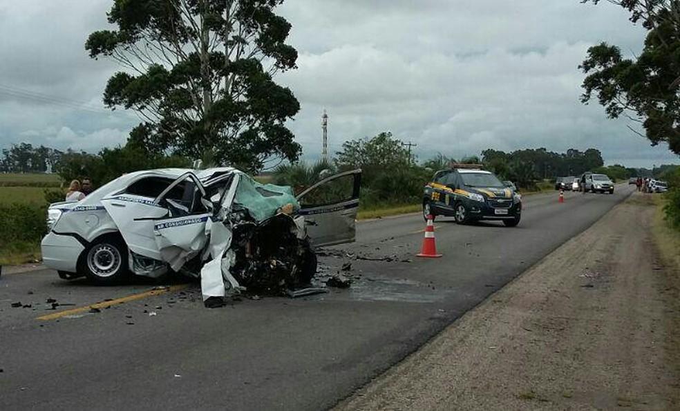 Táxi do Aeroporto Salgado Filho, de Porto Alegre, se envolveu no acidente em Santa Vitória do Palmar. Sete pessoas morreram (Foto: Divulgação/PRF)