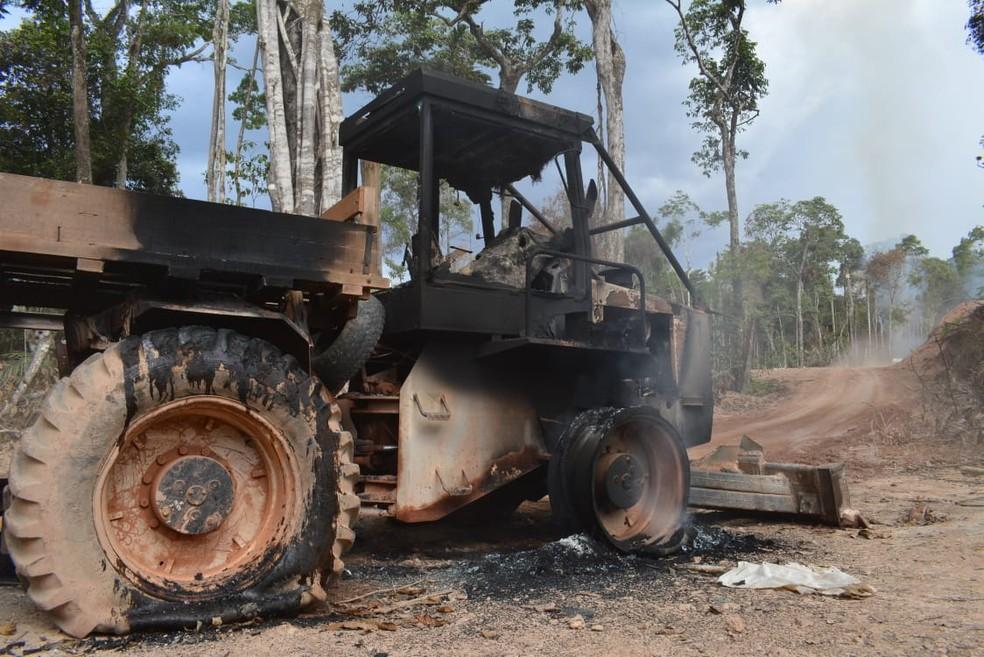 Cerca de 3 mil pessoas que viviam no local deixaram a área e máquinas foram queimadas — Foto: Secom - MT