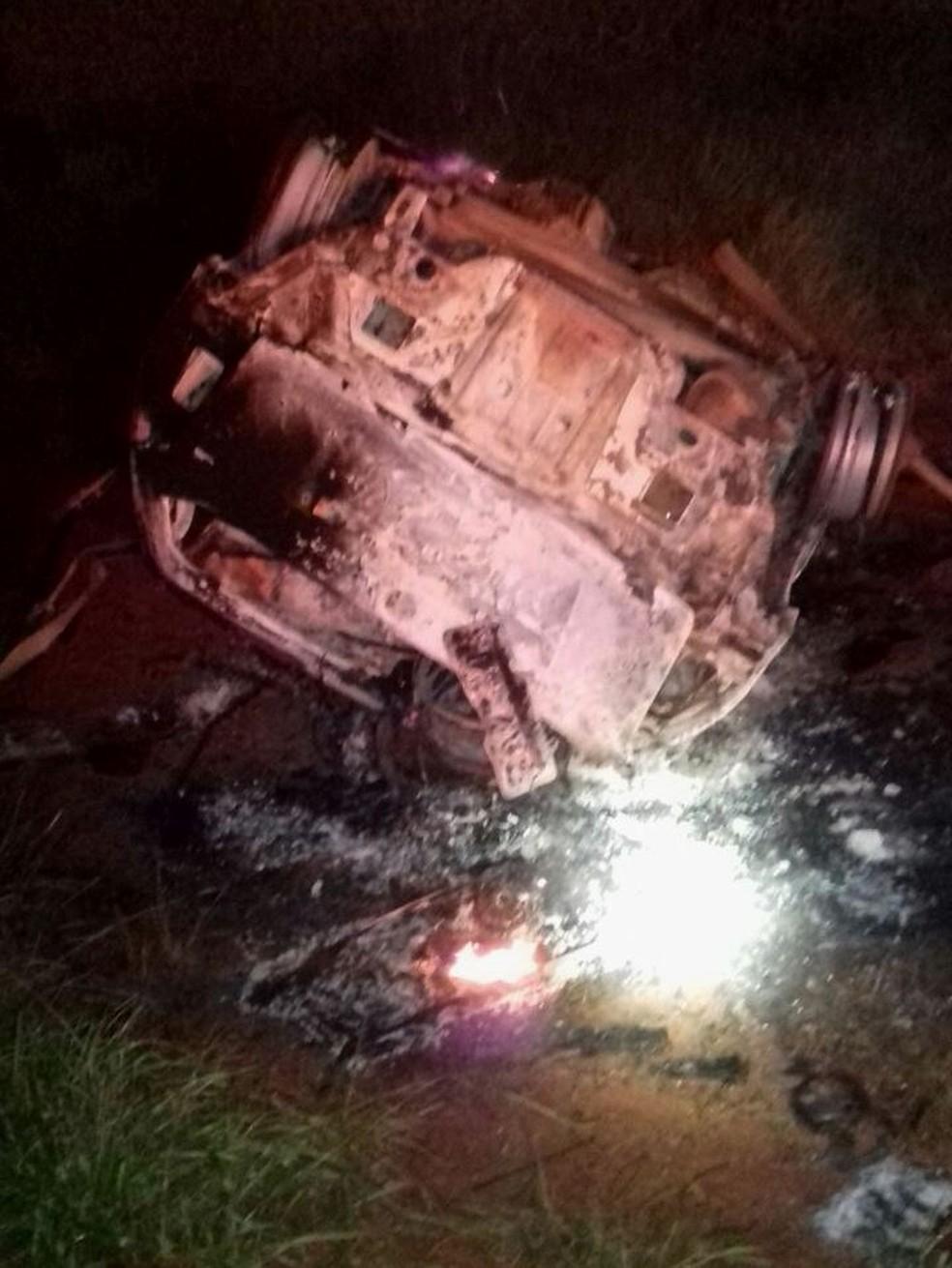 -  Carro capotou e depois pegou fogo na LMG-748 próximo a Araguari  Foto: Corpo de Bombeiros/Divulgação