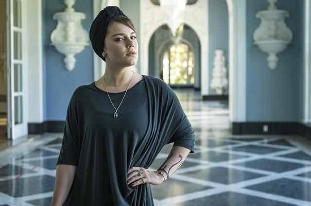 Alice Wegmann é Alice em 'Órfãos da terra' (Foto: TV Globo)