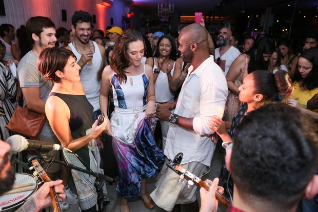 Juliana Paiva se esbalda em aniversário de Rafael Zulu (Foto: Anderson Borde/AgNews)