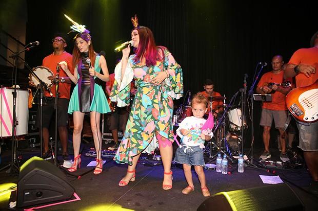 Preta Gil canta com neta no palco do Camarote Expresso 2222 (Foto: Thiago Duran, Webert Belicio e Wesley Costa/AgNews)