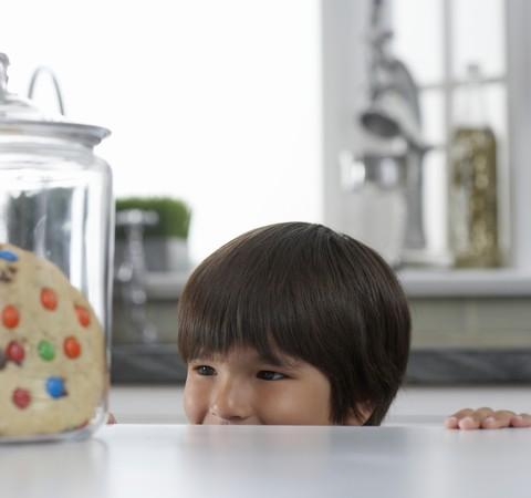 Crianças que comem devagar costumam ser mais introvertidas, diz estudo