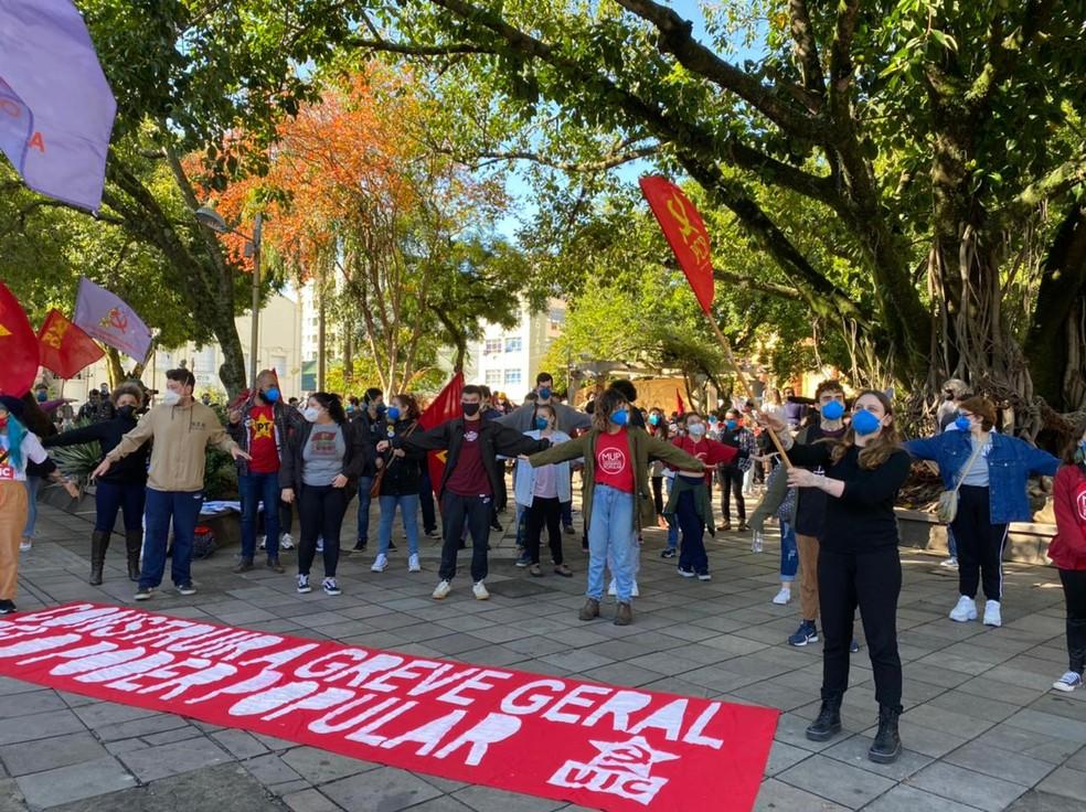 Manifestantes se reuniram na praça Saldanha Marinho, no Centro de Santa Maria — Foto: Nádia Strate/RBS TV
