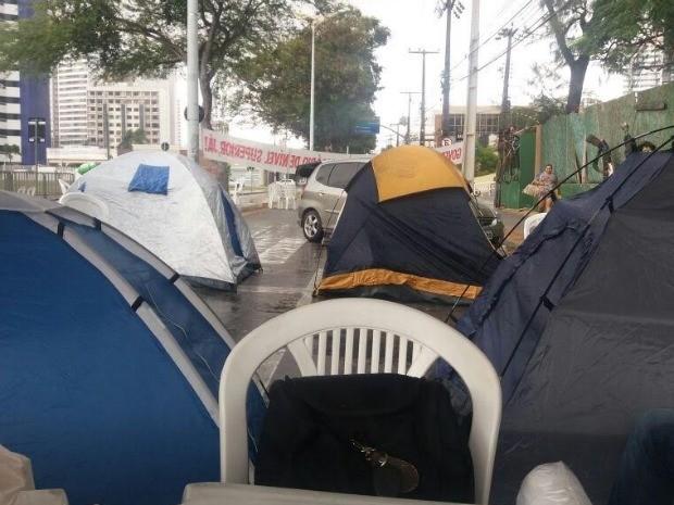Grupo segue acampado na Avenida Barão de Studart. Uma tenda e barracas de camping foram montadas no local (Foto: Sinpol/Divulgação)