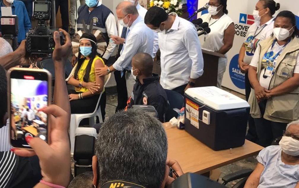 Indígena Deisiane Tuxá, que também é enfermeira, foi imunizada na manhã desta terça, em Salvador — Foto: Itana Alencar/G1 Bahia