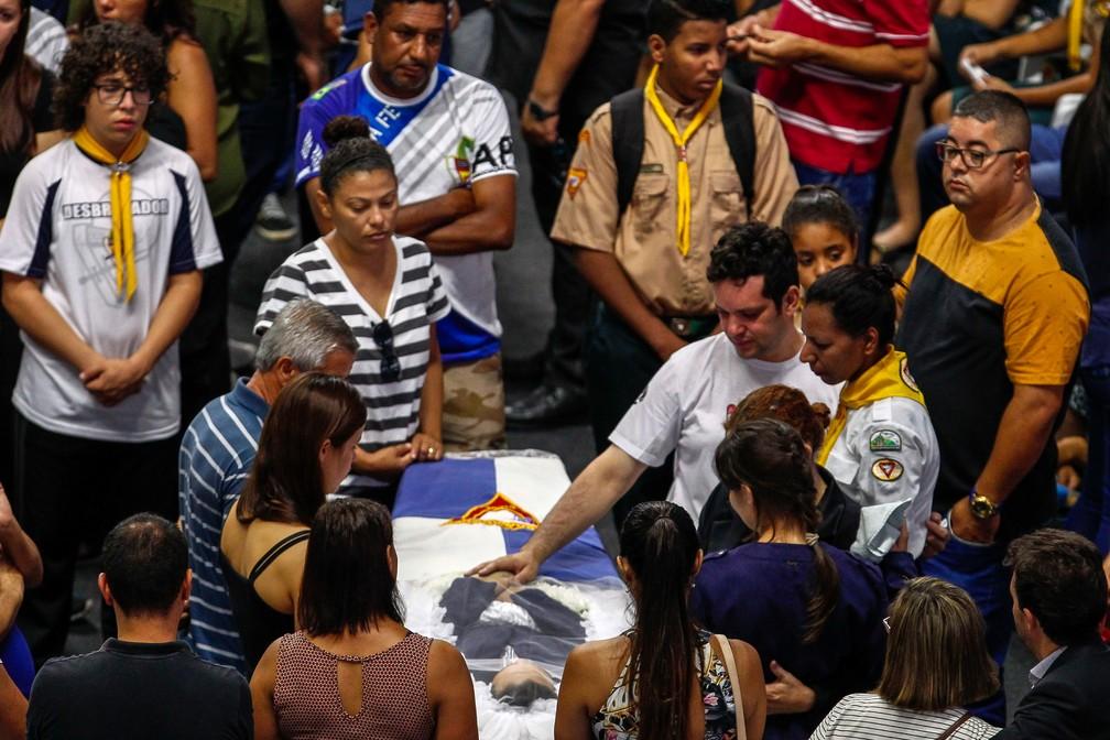 Parentes velam uma das vítimas do massacre em Suzano nesta quinta-feira (14) — Foto: Miguel Schincariol/AFP