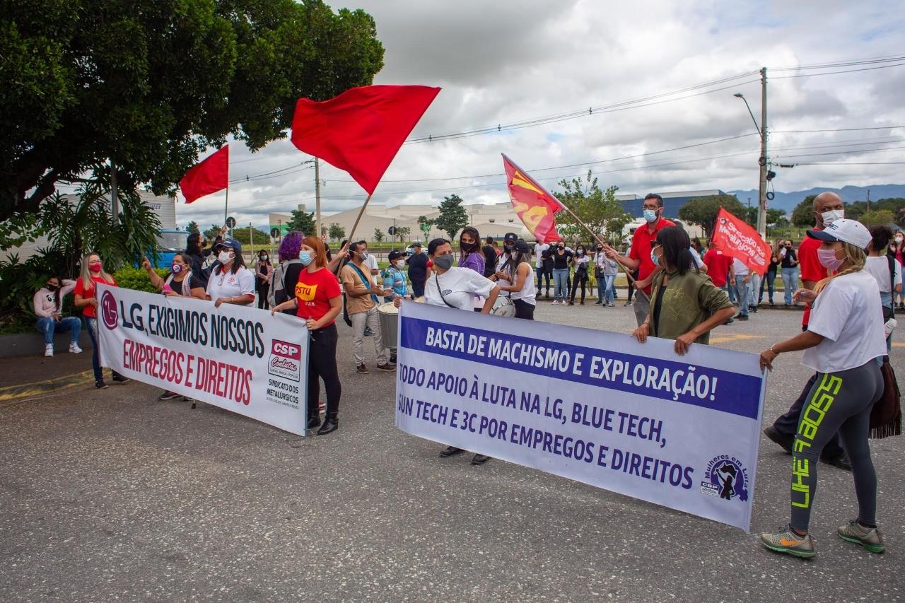 Funcionárias de terceirizadas fazem protesto contra fim da produção da LG em Taubaté
