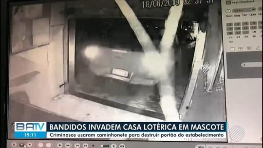 Assaltantes armados invadem casa lotérica com caminhonete; VÍDEO