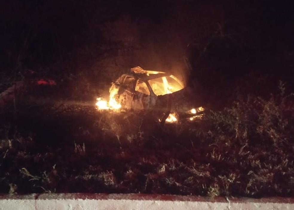 Mulher morre após ser arremessada de carro em acidente em rodovia da Paraíba — Foto: Polícia Militar/Divulgação