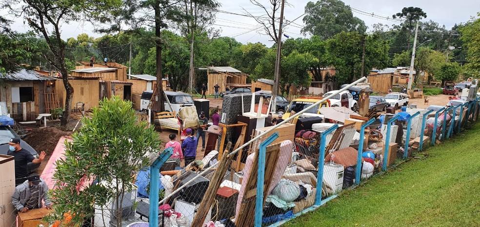 Cerca de 60 famílias desocuparam terreno durante reintegração de posse, em Curitiba — Foto: Victor Hugo Bittencourt/RPC
