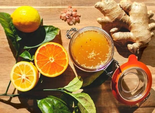 Os shots matinais são combinações de ingredientes com poderes variados. O consumo constante e a união com algumas estratégias, podem facilitar trazer o emagreciment, melhoramento da imunidade e outros benefícios (Foto: Be Pure/Reprodução)
