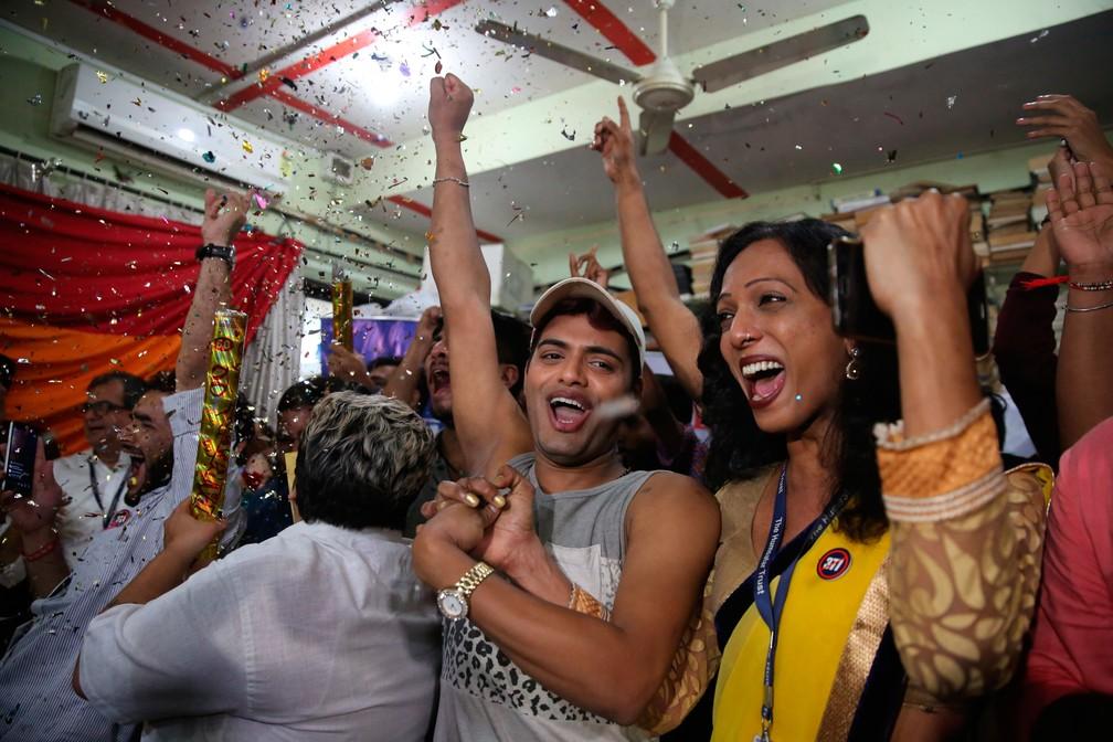 Comunidade LGBT e simpatizantes comemoram decisão da Suprema Corte da Índia que descriminaliza relações homossexuais  (Foto: Rafiq Maqbool/AP)