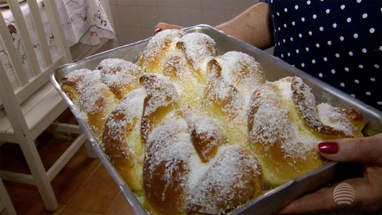 Professora aposentada ensina a preparar rosca de ricota
