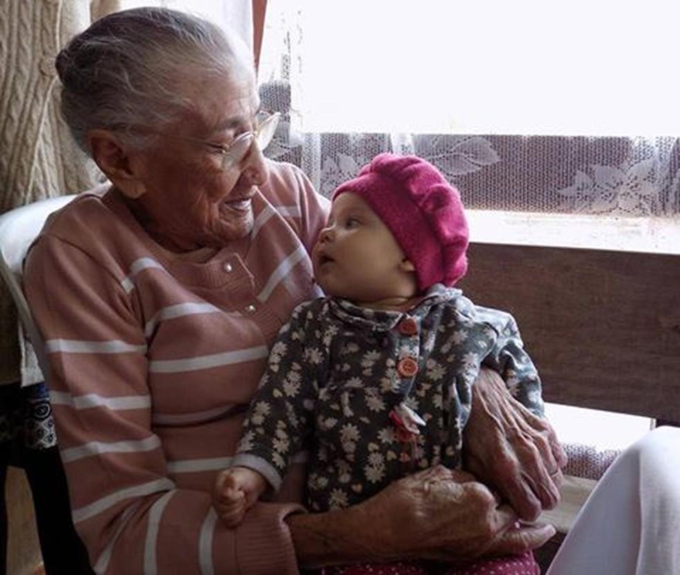 Cecília, 104 anos, e sua tataraneta Alice em São Carlos — Foto: Arquivo Pessoal