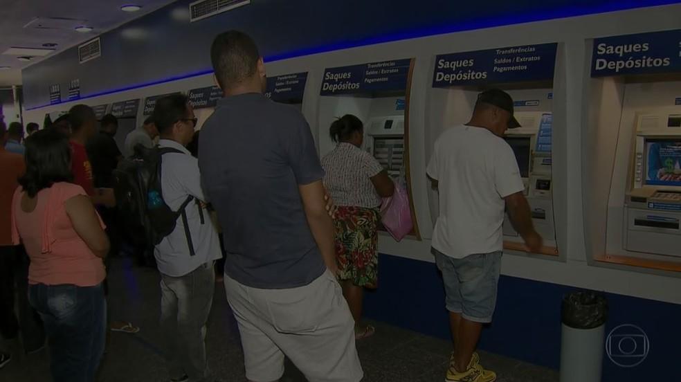 Resultado de imagem para Segundo a Caixa Econômica Federal e o Banco do Brasil, 2 milhões ainda não sacaram os valores no país
