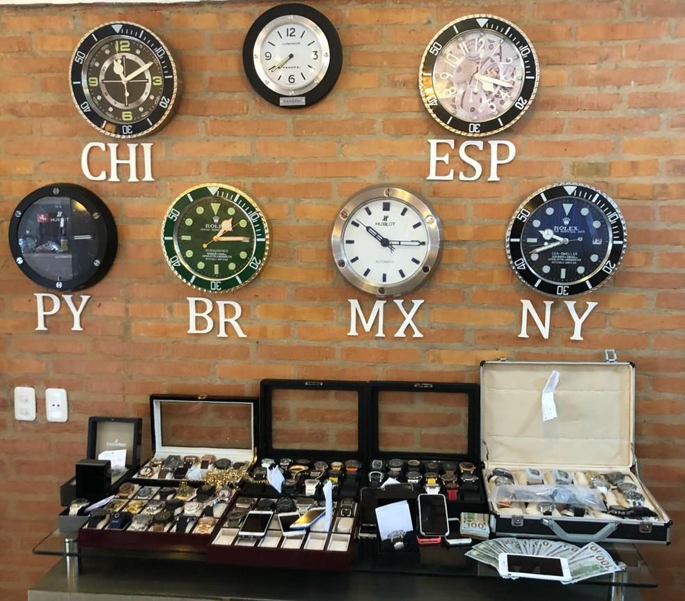 Policiais apreendera rRelógios, jóias e dinhena casa do traficante carioca Carlos Cardoso no Paraguai — Foto: Reprodução