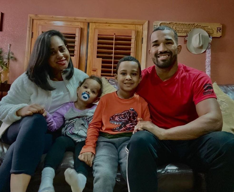 Equiva Falcão ao lado da esposa Suelen e os filhos Juan e Luisa — Foto: Arquivo Pessoal