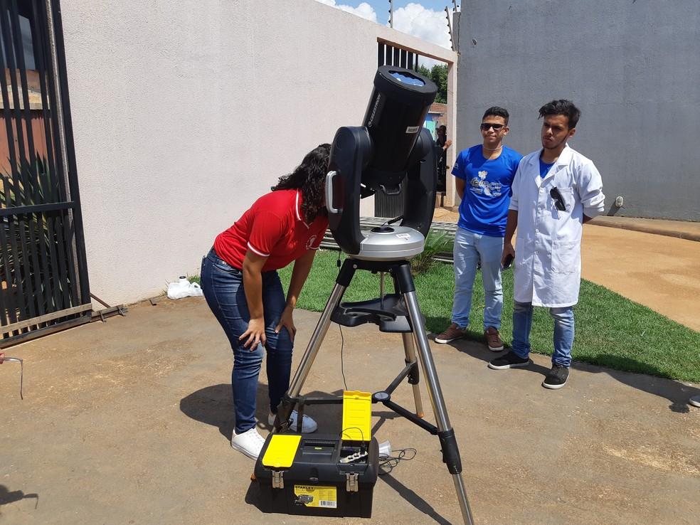 Aparelho utilizado para observação solar é uma das atrações da feira (Foto: Toni Francis/G1)