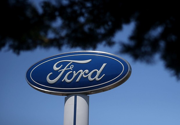 O logotipo da montadora e fabricante de veículos Ford é visto em uma loja de Serramonte, em Colma, na Califórnia (Foto: Justin Sullivan/Getty Images)