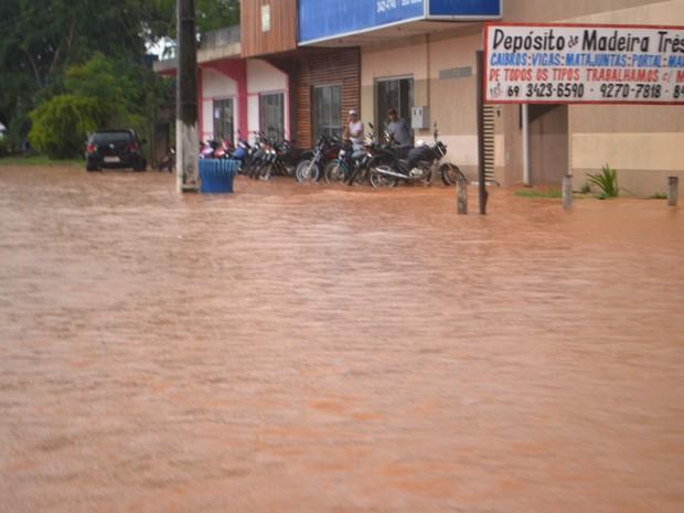 Pedestres tentam se esconder da forte chuva que atingiu Ji-Paraná na sexta, 15 (Foto: Pâmela Fernandes/ G1)
