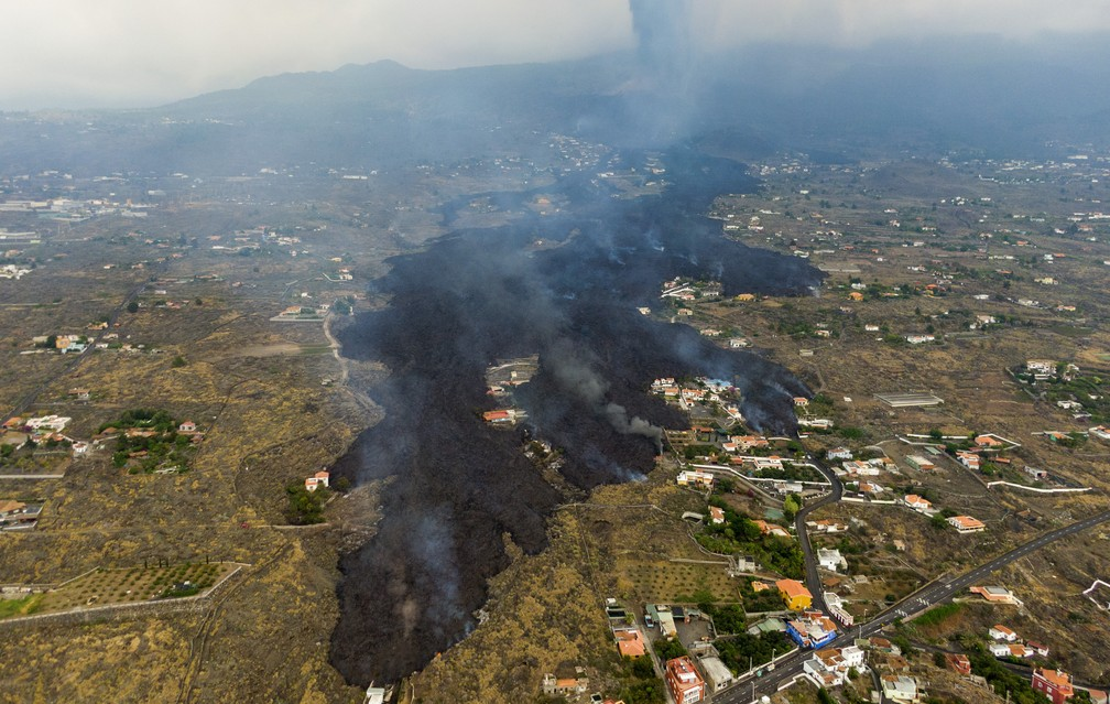 Lava da erupção do vulcão Cumbre Viejo flui destruindo casas na ilha de La Palma nas Canárias, na Espanha, em 21 de setembro de 2021 — Foto: Emilio Morenatti/AP
