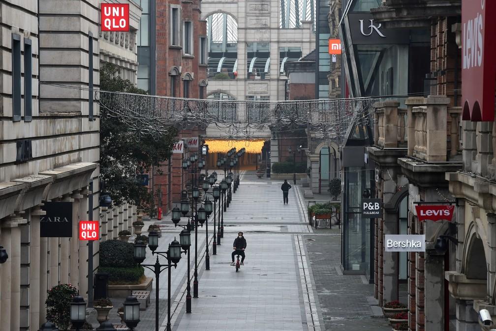 Centro comercial vazio em Wuhan nesta quarta-feira (26), na província de Hubei, na China — Foto: Reuters