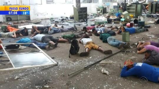 Furto em fábrica desativada termina com 15 presos e um menor apreendido em São Leopoldo