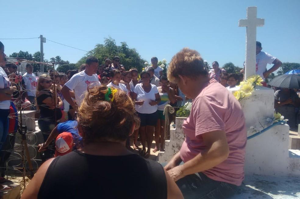Corpo da menina Iasmin Lorena, de 12 anos, foi sepultado logo após ser liberado pelo Itep, em Natal (Foto: Julianne Barreto/Inter TV Cabugi)