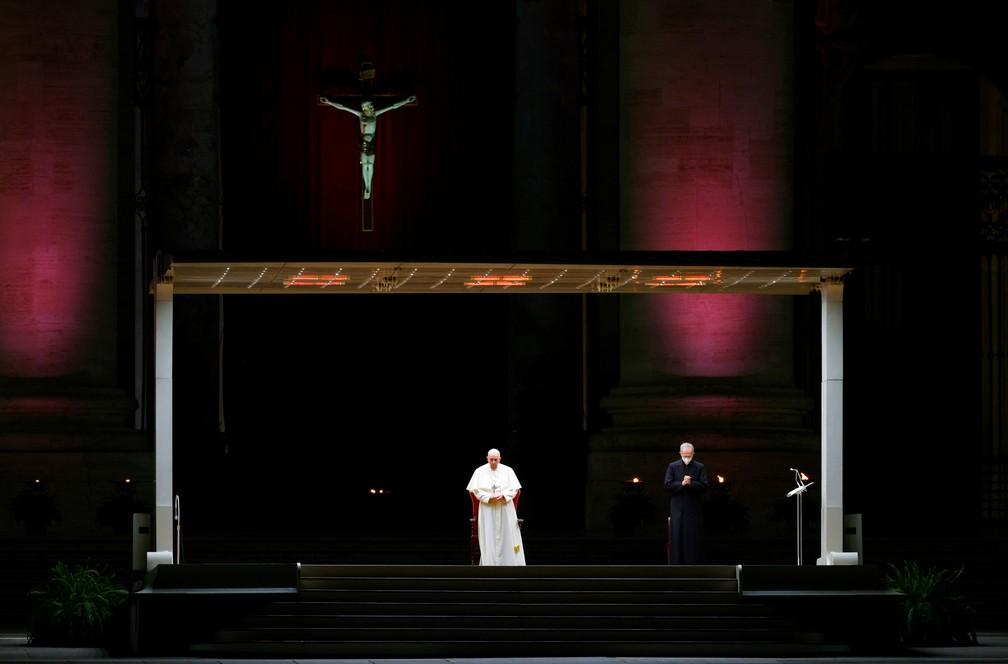 Papa Francisco na celebração de Via-Sacra, no Vaticano, nesta sexta (2) — Foto: Guglielmo Mangiapane/Reuters