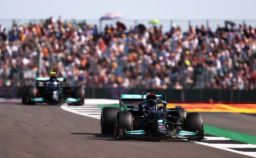 Lewis Hamilton e Valtteri Bottas vão largar em segundo e terceiro, respectivamente, em Silverstone — Foto: Lars Baron/Getty Images