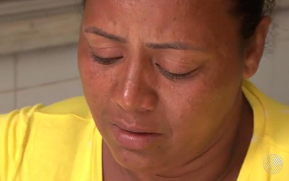 Mãe da vítima relata emocionada como foi o crime (Foto: Reprodução/TV Bahia)