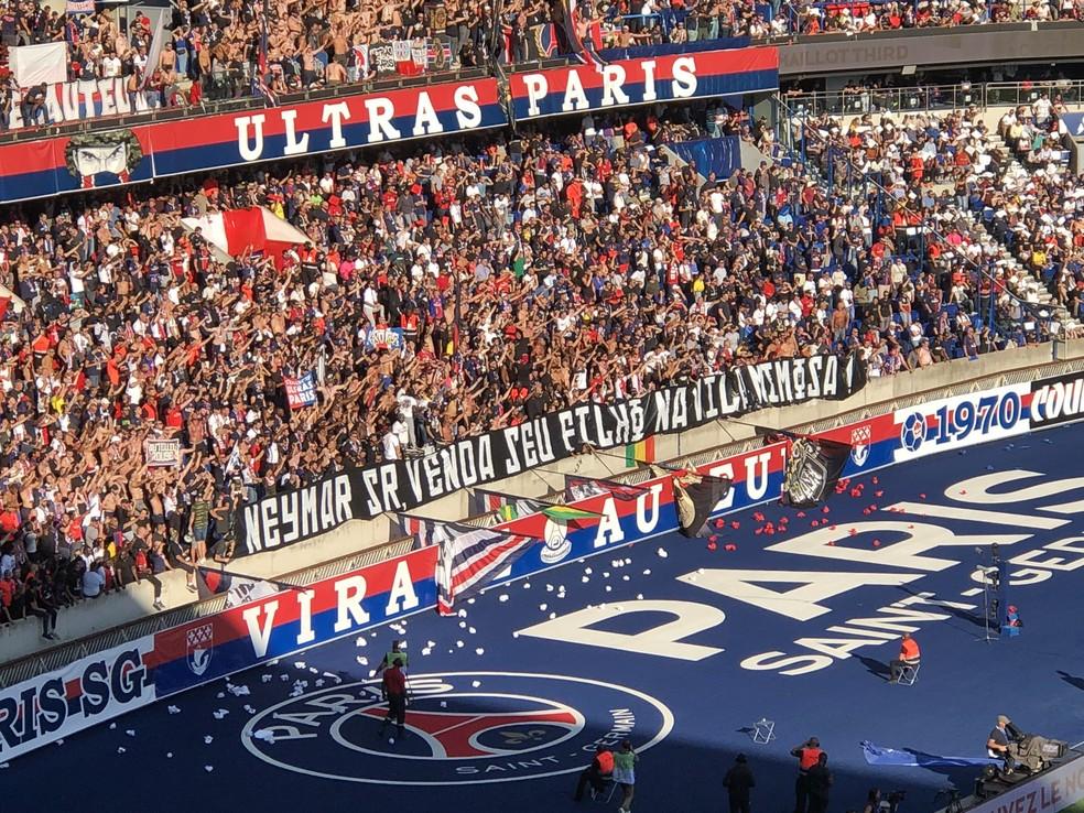 Faixa de protesto contra Neymar — Foto: Raphael De Angeli