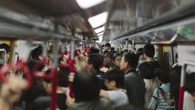 Deslocamentos diários em meios de transporte lotados são favoráveis à disseminação da gripe (Foto: Getty Images via BBC News Brasil)