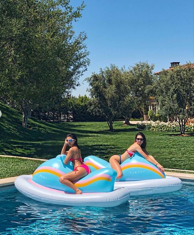 Kourtney Kardashian e Kendal Jenner aproveitam o verão juntas (Foto: Instagram/ Reprodução)