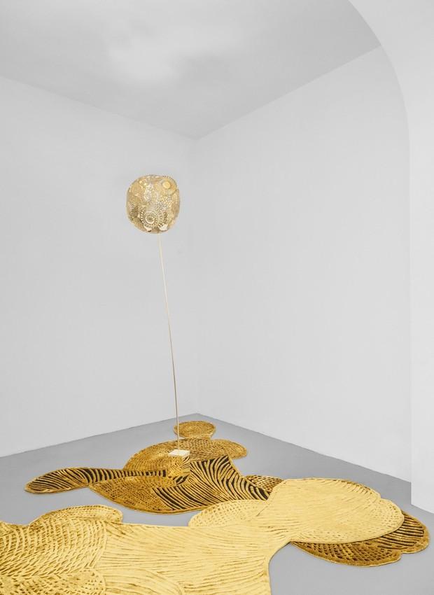 A coleção Notturno #1 conta com tapetes, luminária e poltrona (Foto: Deezen/ Reprodução)