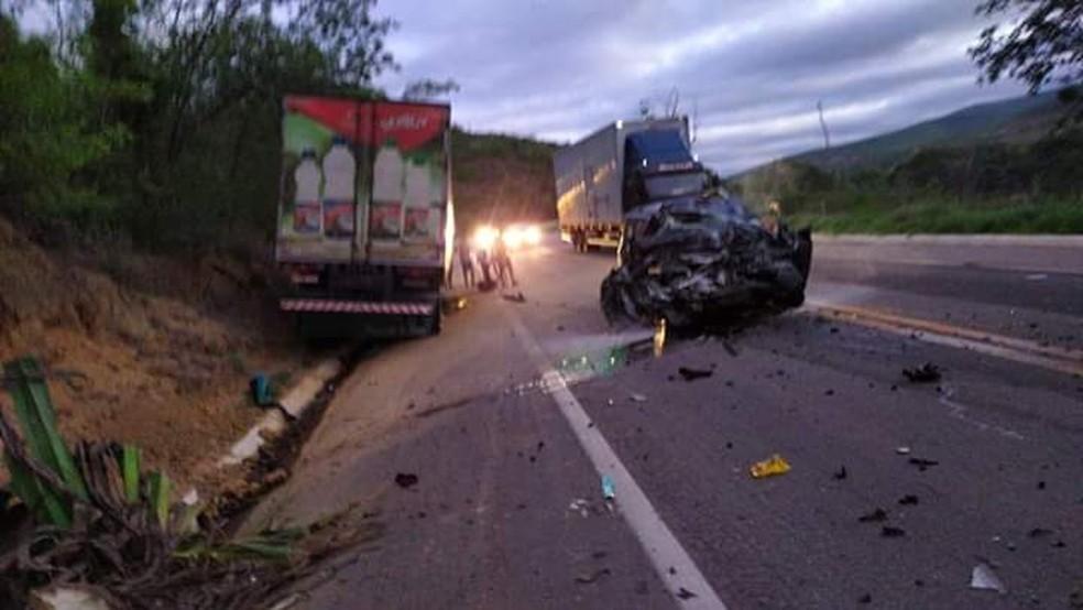 Suspeita é que motorista do carro tenha dormido ao volante e batido em caminhão na BR-116, em Itaobim — Foto: Redes Sociais