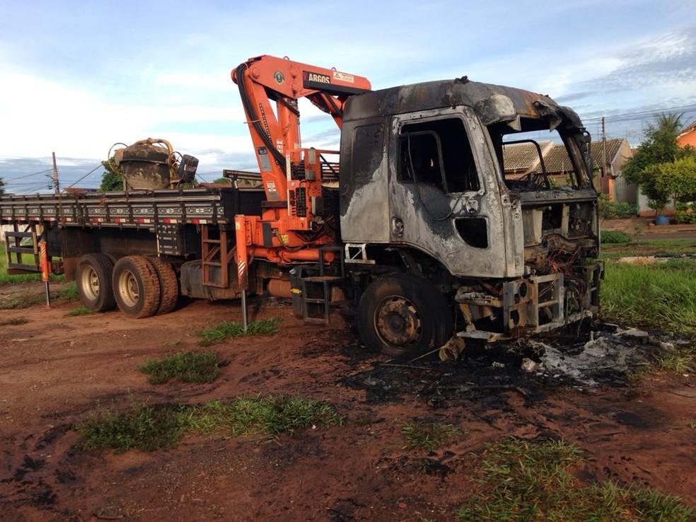 Caminhão incendiado em Campo Grande (Foto: Osvaldo Nóbrega/TV Morena)