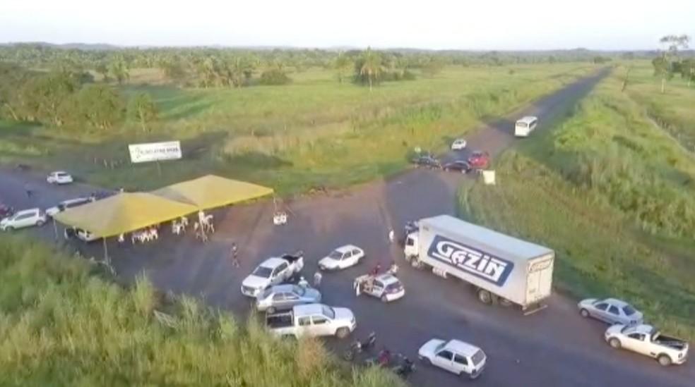 Protesto que pede melhorias em rodovia no norte do Tocantins completa 3 dias — Foto: Reprodução/TV Anhanguera