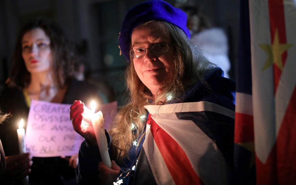Ativistas contrários ao Brexit seguram velas durante vigília organizada pelo grupo de direitos civis New Europeans do lado de fora da Europe House, em Londres, no Dia do Brexit, na sexta-feira (31) — Foto: Isabel Infantes/AFP