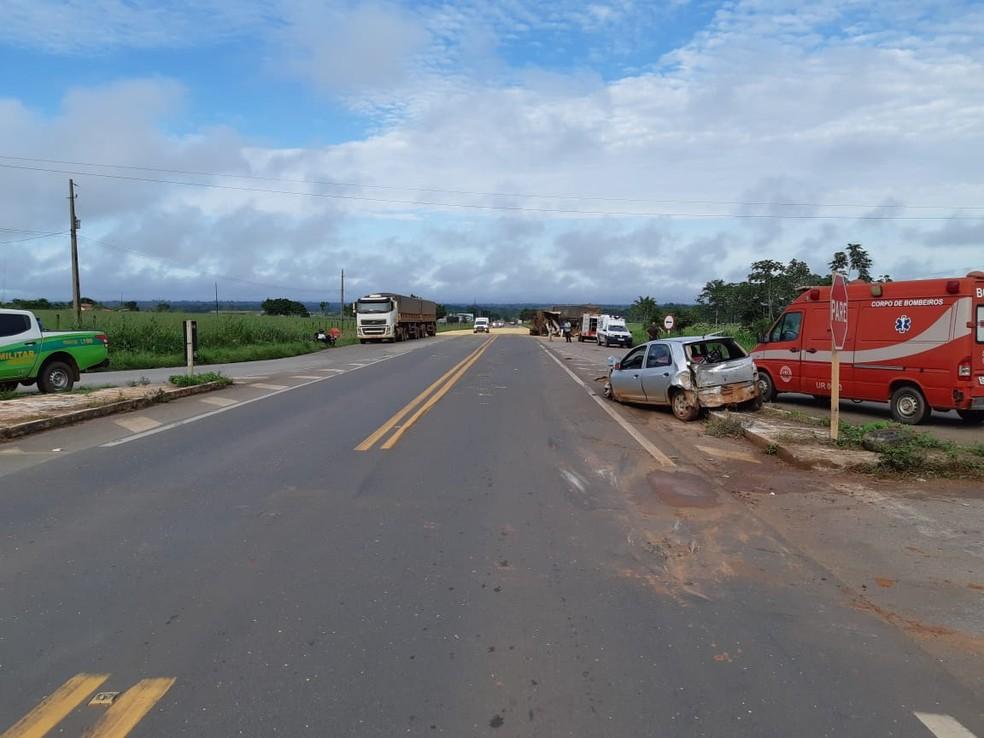 Carro de passeio ficou parcialmente destruído após colisão com carretas — Foto: PRF/Divulgação