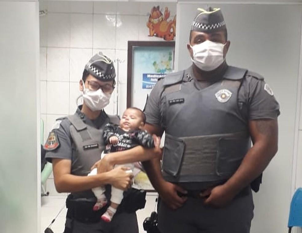 Policiais participaram do salvamento de bebê em São Vicente, SP — Foto: Reprodução/Polícia Militar