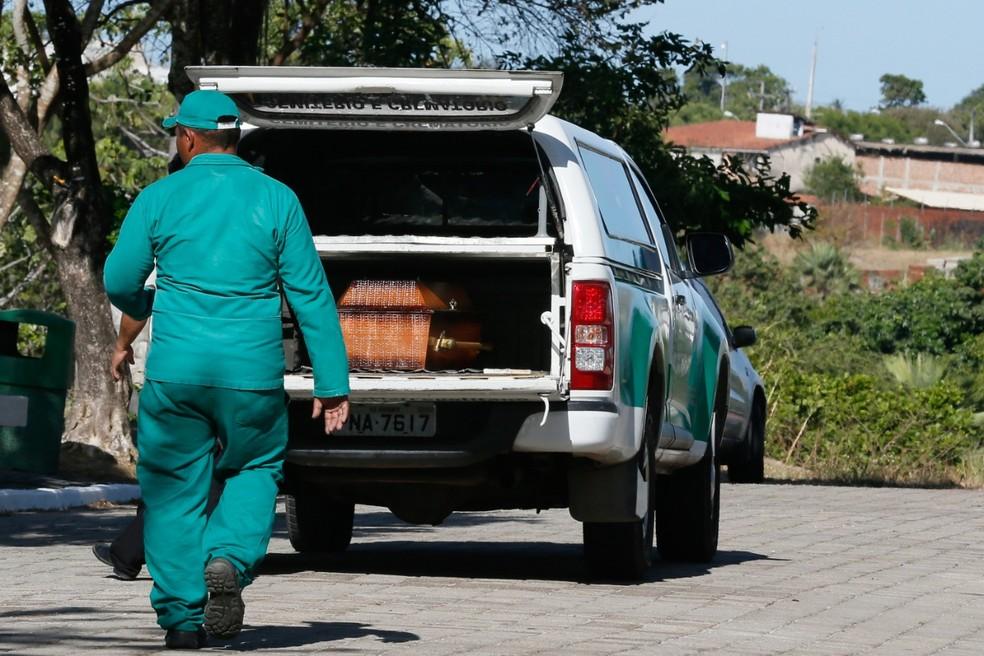 Caixão é levado para sepultamento, no Ceará — Foto: Kid Júnior/SVM (Arquivo)