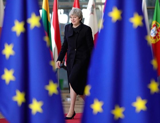 A primeira-ministra britânica, Theresa May, chega à sede da União Europeia, em Bruxelas, para encontro em que discutiu parâmetros para o Brexit (Foto: AP PHOTO/OLIVIER MATTHYS)