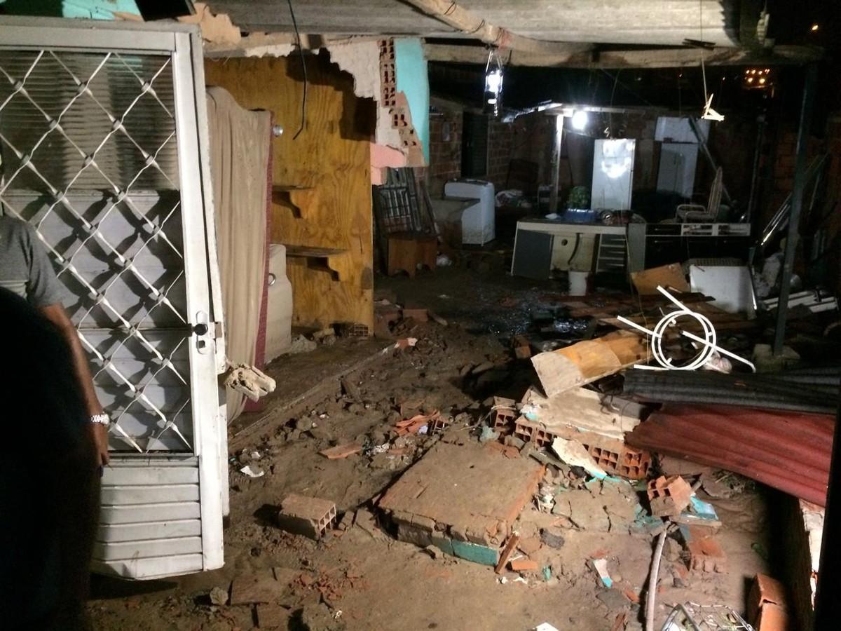 Parte de casa desaba após enxurrada no Satélite Íris 1, em Campinas