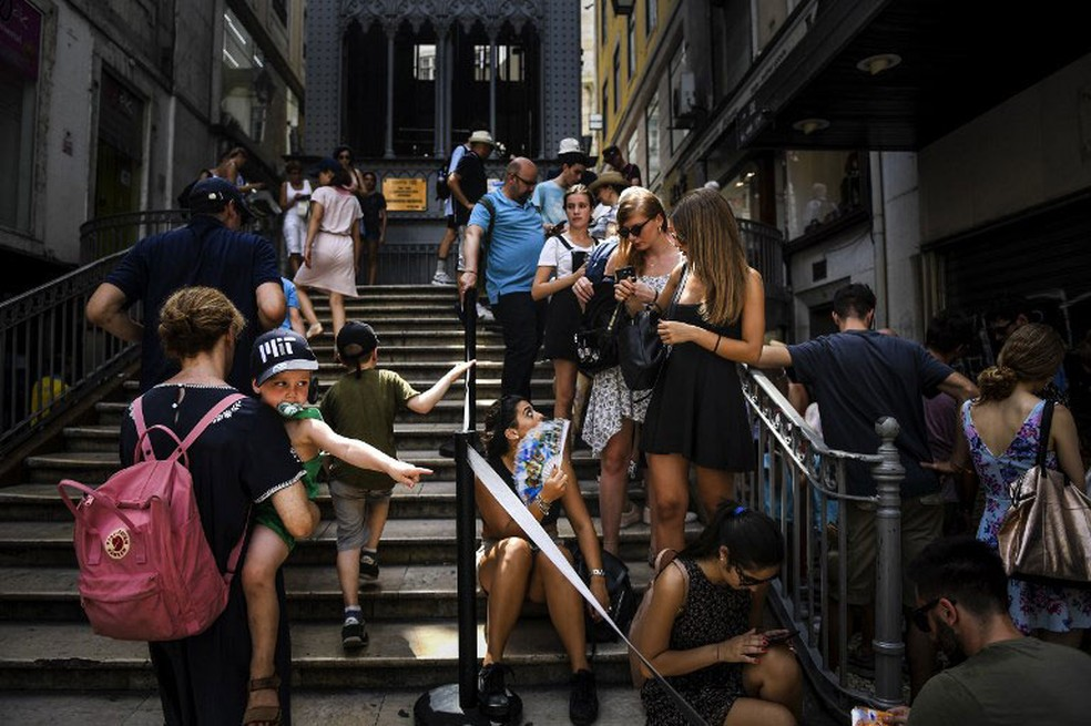 Turistas fazem fila no elevador Santa Justa, em Lisboa — Foto: Patricia de Melo Moreira / AFP/Arquivo