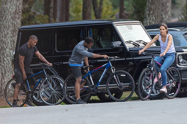 Marietta, GA  - *EXCLUSIVE*  - **Web Must Call for Pricing** Couple Katie Holmes and Jamie Foxx pick up some new bikes at Dick's Sporting Goods in Marietta. After loading up the bikes, Katie sat on Jamie's lap in the front seat as they headed to a park to (Foto: BACKGRID)