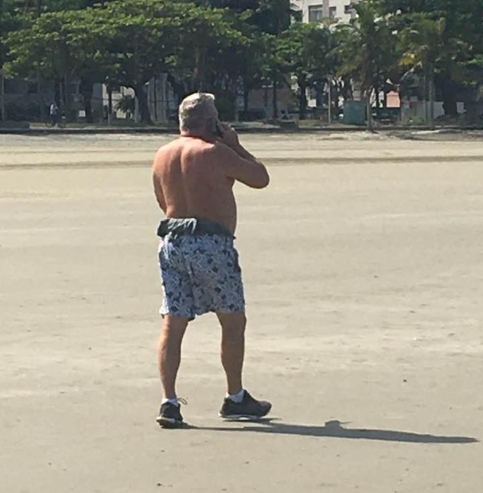 Desembargador foi flagrado sem máscara novamente em praia de Santos, SP — Foto: G1 Santos